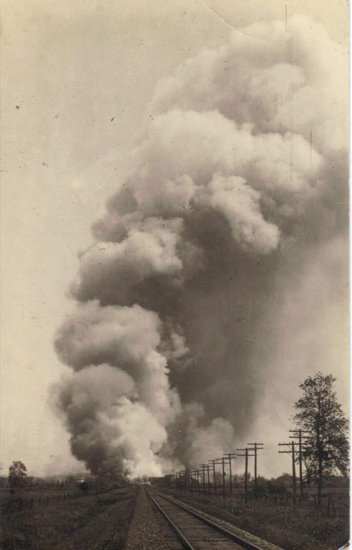 Incendie, vue de la voie ferrée, vers 1910 / Fire, from the railway tracks, c.1915